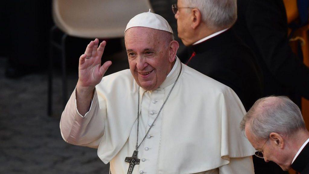 Il Papa benedice gli operai Gam, dono da 10mila euro: andrà ai figli
