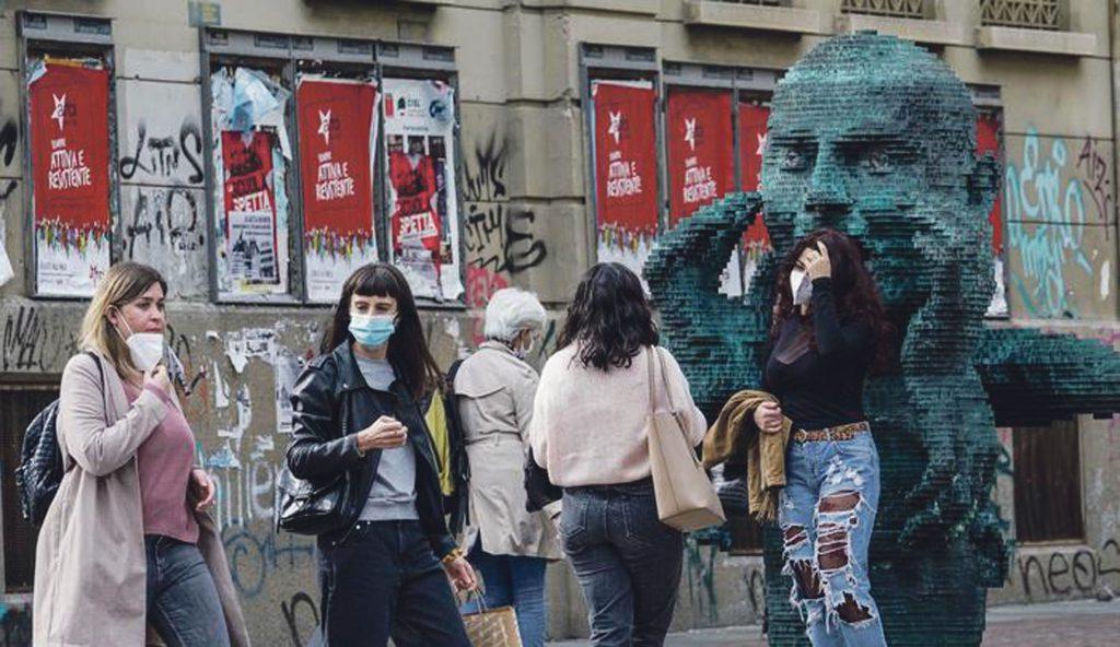Coronavirus Covid 19: ragazzi con la mascherina all'esterno dell'univerità di Torino. Torino 09 ottobre 2020 ANSA/TINO ROMANO