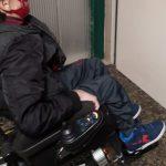 AlCaracciolo ascensore fuori uso, sale quattro piani a piedi col figlio disabile in braccio
