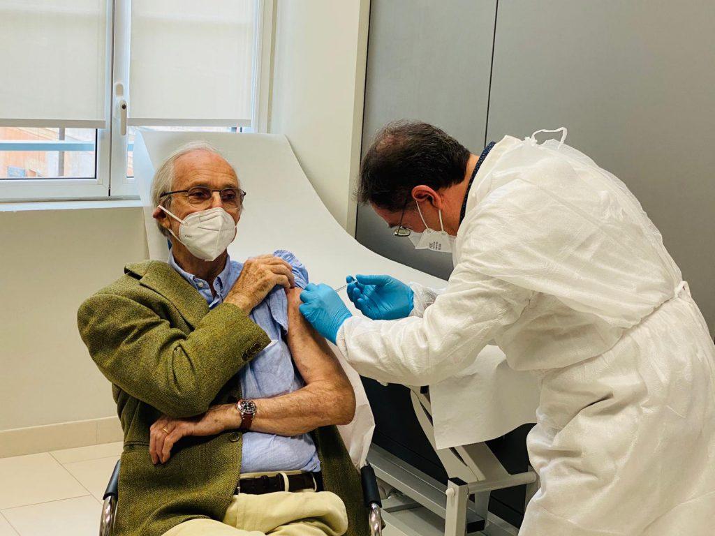 Over 80, domani si parte: 12 punti vaccinali e dosi tenute di scorta per i richiami