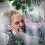 """Foto Max Cavallari/Ansa Al Centro Anziani Domenico Sartor hanno installato una """"stanza degli abbracci"""" nella sala comune dell'RSA dove i parnti possono fisicamente toccare e abbracciare i propri parenti ospiti della struttura attraverso delle protezioni di plastica e pvc per evitare la trasmissione del virus."""