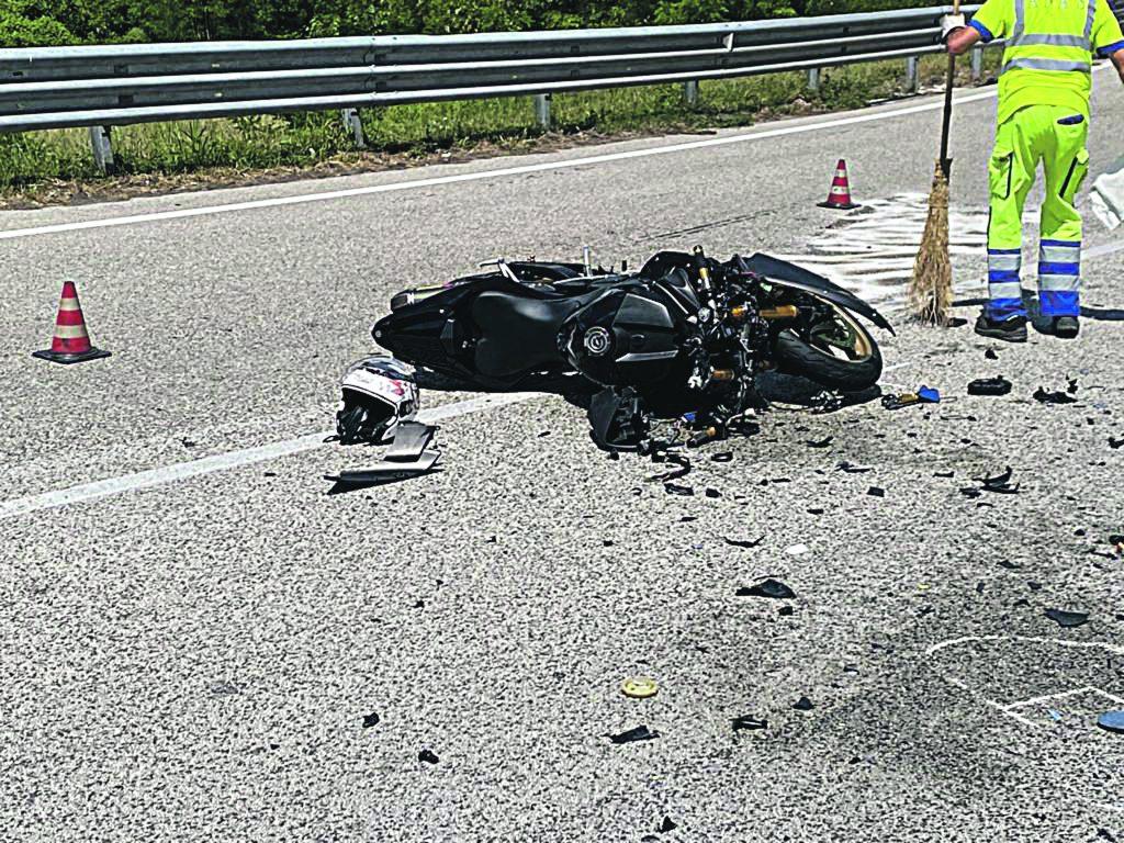 Scontro tra moto e auto sulla statale 158, centauro 33enne in prognosi riservata al Veneziale