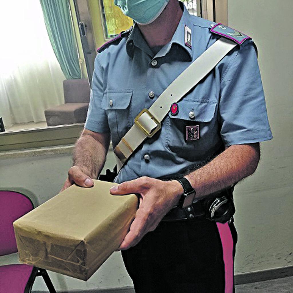 Il pacco con l'hashish finisce all'indirizzo errato