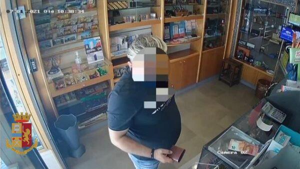Isernia, trova un portafogli sul banco del negozio e lo fa suo: nei guai