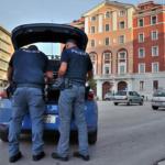 Campobasso, all'arrivo della Polizia urinano sotto gli occhi dei presenti: multati