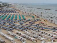 Caldo infernale sulla costa, le spiagge prese d'assalto