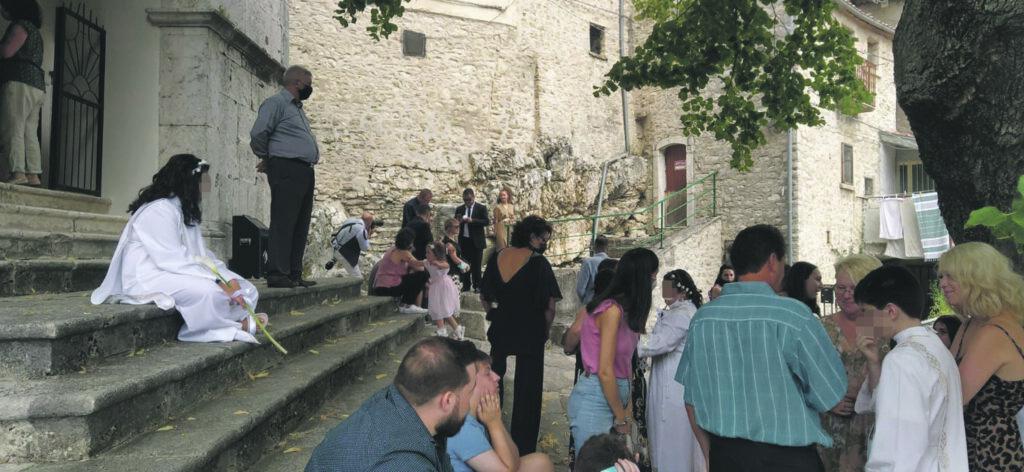 Longano, parroco in quarantena: ore di attesa sul sagrato per la prima comunione
