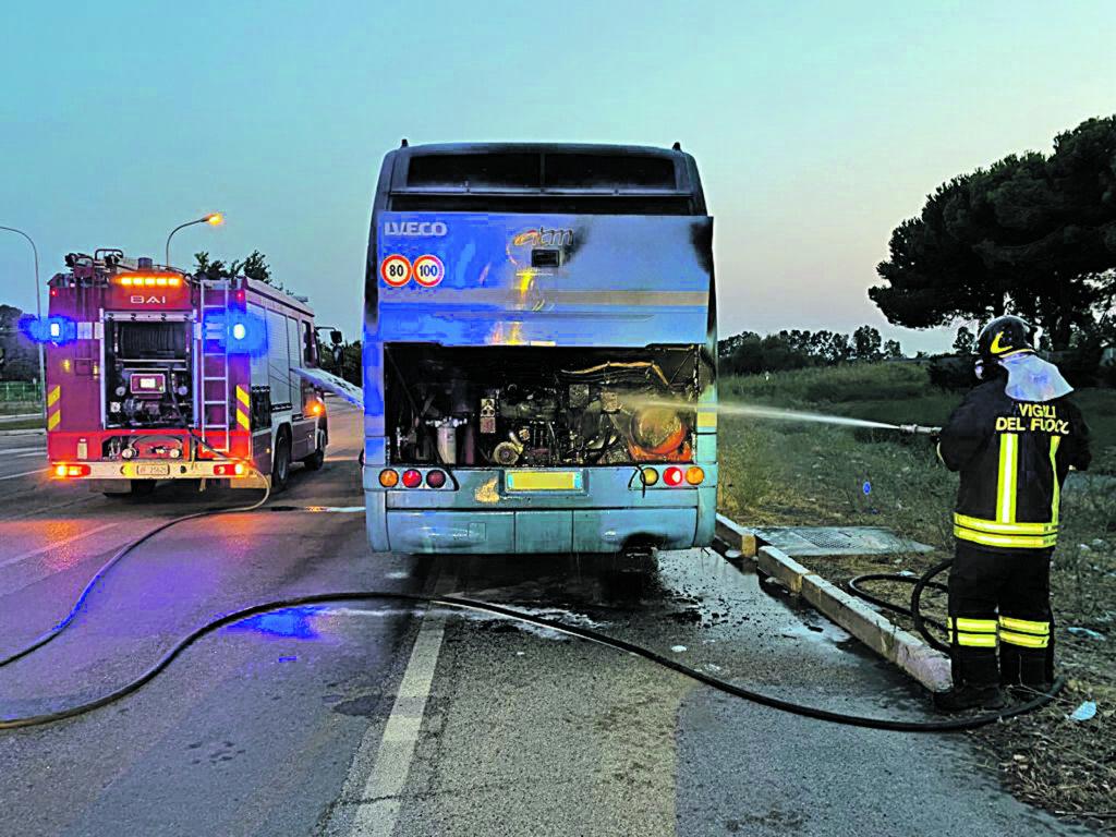 In fiamme bus dell'Atm davanti allo stabilimento Fca, rogo spento dal 115