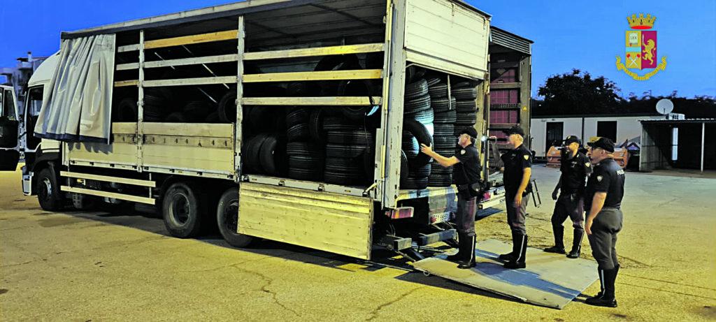 Rubano 400 pneumatici, due banditi arrestati sull'A14