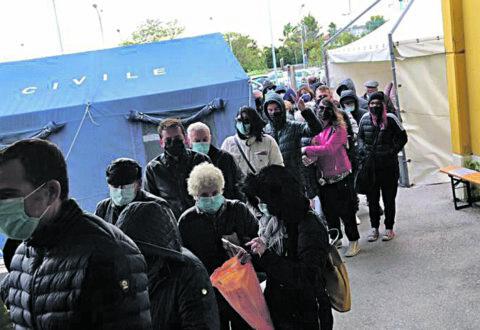 Freddo e vento, anziani e pazienti in fila davanti al San Timoteo: «Vergognoso»